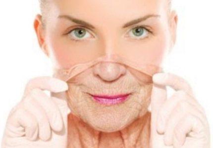 Женщина снимает старую кожу